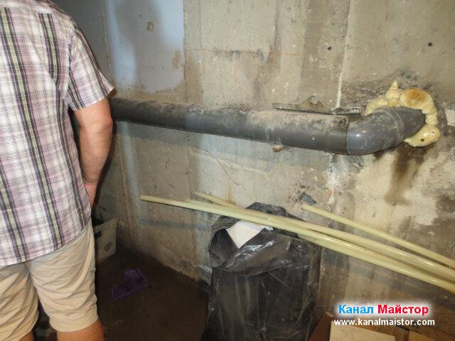 Ясно се вижда канализационната тръба
