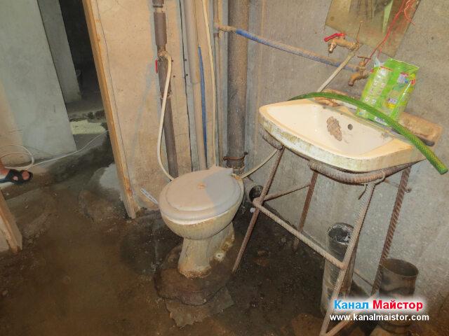 Разкачихме тази тоалетна, за да пробваме да отпушим запушената канализация