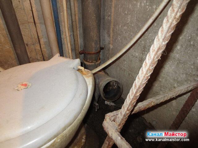Разкачихме маншона свързващ тоалетната с вертикалният щранг