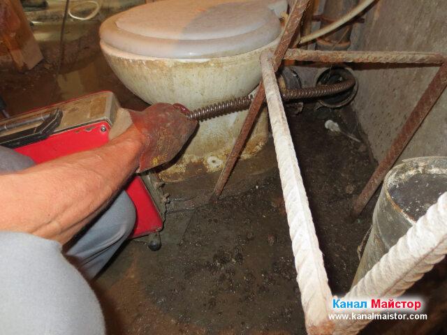 Опитваме се да отпушим канализацията през вертикалният щранг