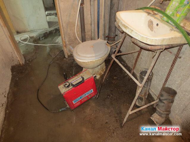 Разкачената тоалетна, заедно с машината ни за отпушване на канализации