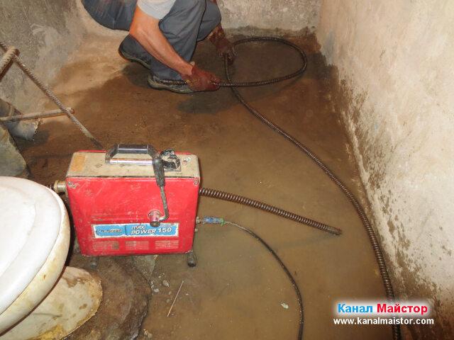 Събираме спиралите за отпушване, за да ги занесем в мазето и да пробваме от там да отпушим канала