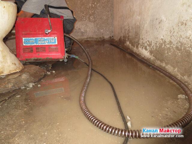 Последен опит за отпушване на канализацията през вертикалният щранг, към   който е вързана тоалетната