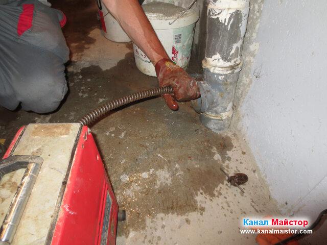 Вкарваме въртящите се спирали навътре в канализацията, за да премахнем   запушването
