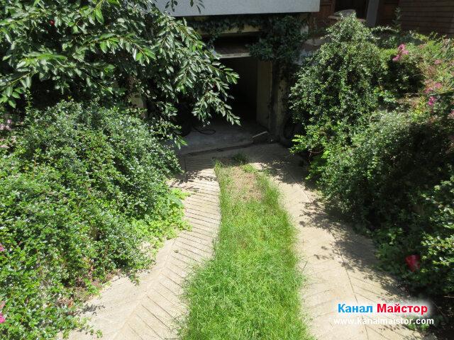 Тези коловози водят към гаража, където се намира и вертикалният щранг, от който ще отпушваме канала