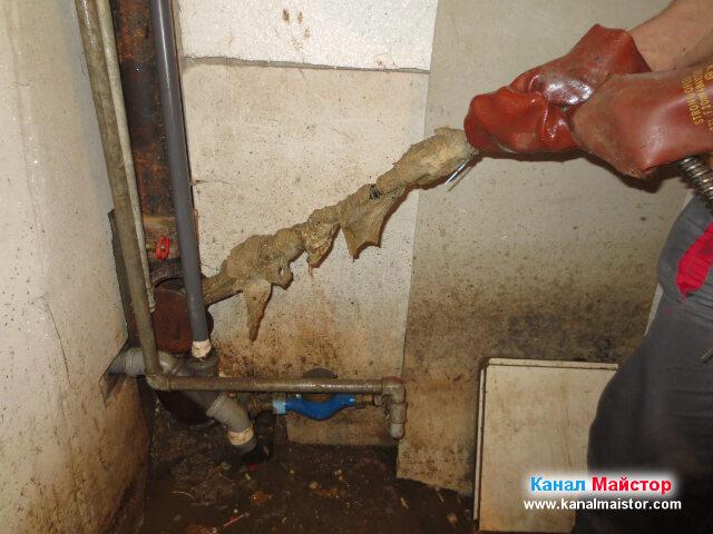 Вадим от канализацията поредните мокри кърпички, които се бяха навили на   спиралата и накрайника