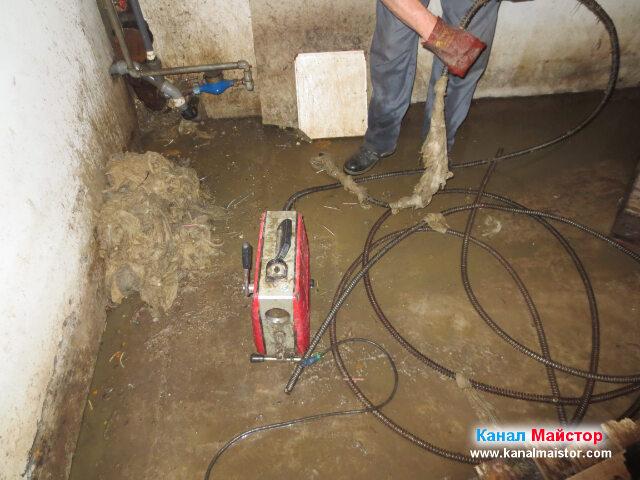 Почистване на спиралите за отпушване на канализации