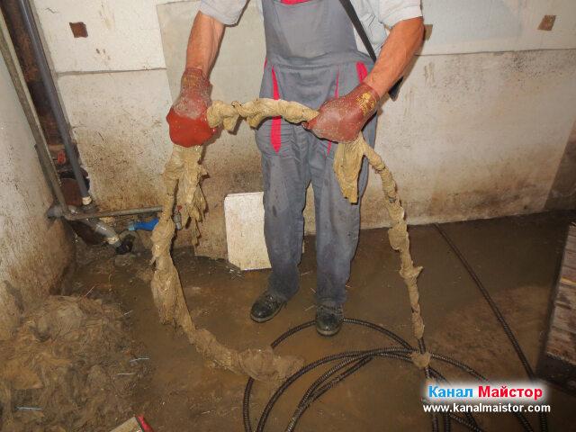 При поредният опит за отпушване на канала, след изваждане на спиралата, се  вижда колко много мокри кърпички е насукала около себе си