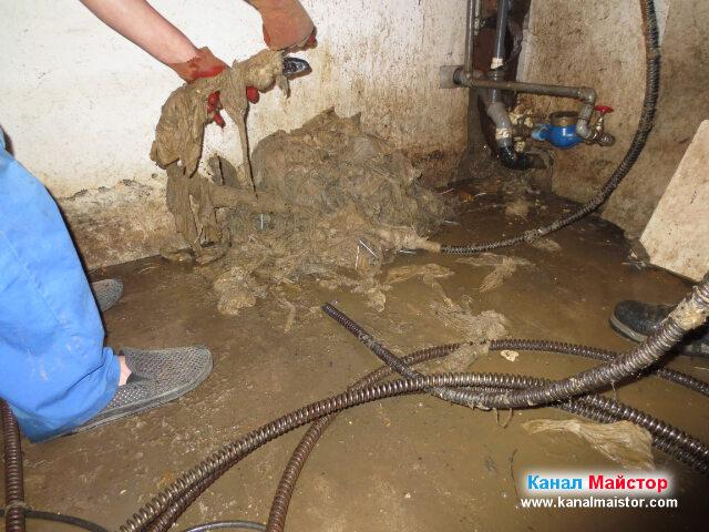 Почистване на спиралите за отпушване на канали от мокрите кърпички