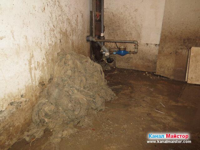 Запушената канализация вече е отпушена и готова за използване. А вляво се  вижда голямата купчина от мокри кърпички, които извадихме от запушеният канал