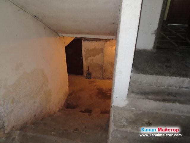 От тук се вижда главният коридор на мазето