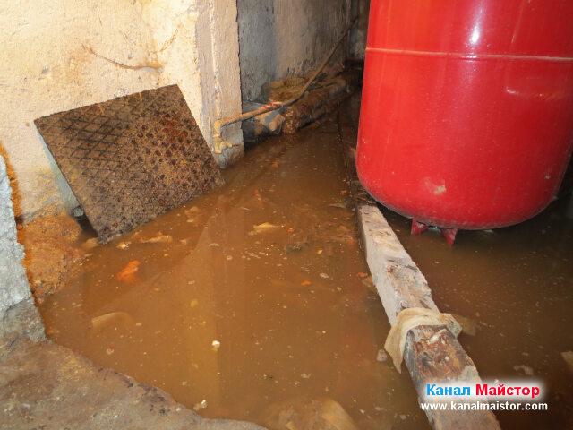 Когато канала се отпуши, всичката тази вода ще се изтече през отпушената канализация и ще отиде в уличната канализация