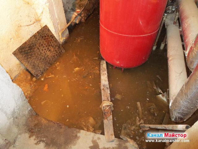 Мръсната вода от апартаментите, изтичаща се в канализацията на сградата е наводнила това мазе, както и съседното на него