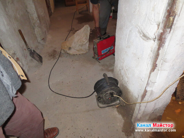 Продължаваме да разтоварваме инструментите си в мазето, отпред виждате удължителя за тока