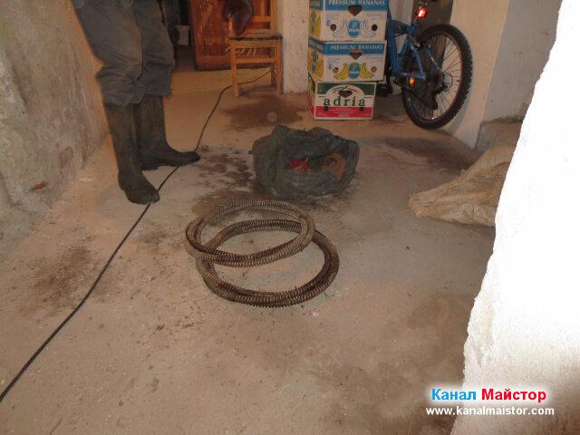 Две от канализационните ни спирали са на пода в мазето и чакат да бъдат размотани и употребени за отпушване на канала