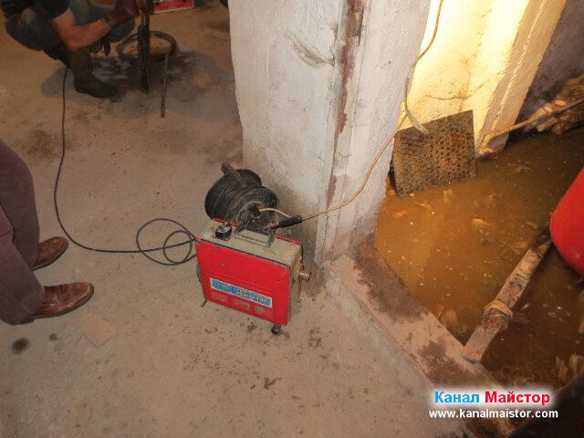 В наводненото мазе, което предстои да отпушваме се вижда, как сме махнали капака на шахтата
