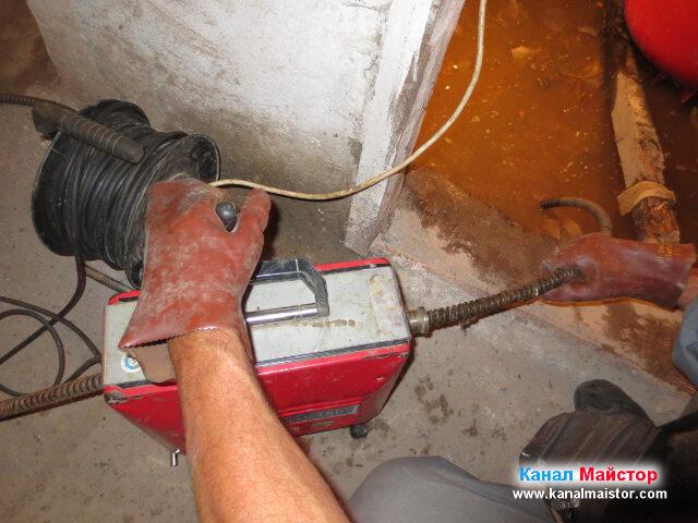 Вкарване на спиралата в покритата с вода канализационна шахта