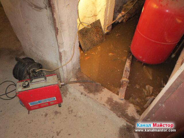 Нивото на водата в мазето все още е високо, тъй като все още не сме намерили тръбата, която води към уличната канализация, където се оказа, че е запушването