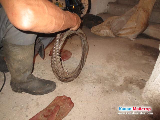 Разкопчаване на канализационната спирала на пода в мазето