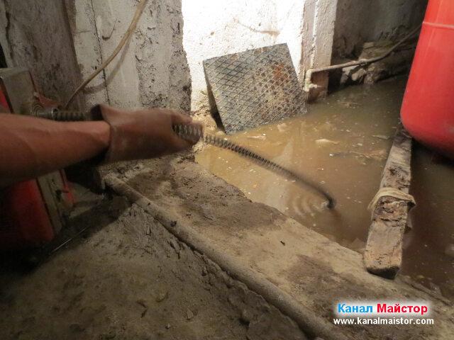 Продължаваме с опитите за отпушване каналите в мазето на кооперацията