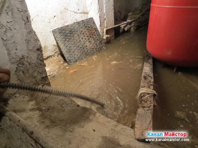 Плувналото във вода, все още наводнено мазе, малко преди да бъде отпушено