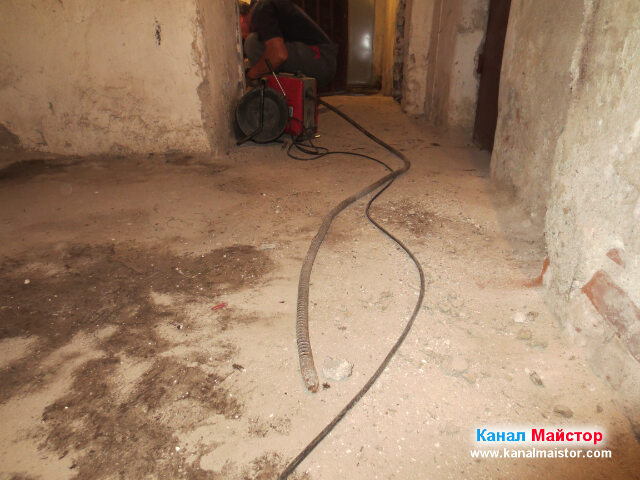 Канализационната спирала на Канал Майстор все още не е влезнала в канализацията, а се шири в коридора на мазето