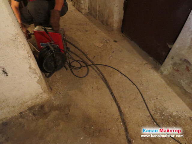 Работата по отпушване на кооперацията продължава пред входа на мазето
