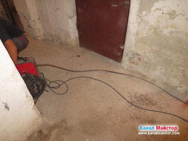 Канализационната спирала се върти в коридора на мазето