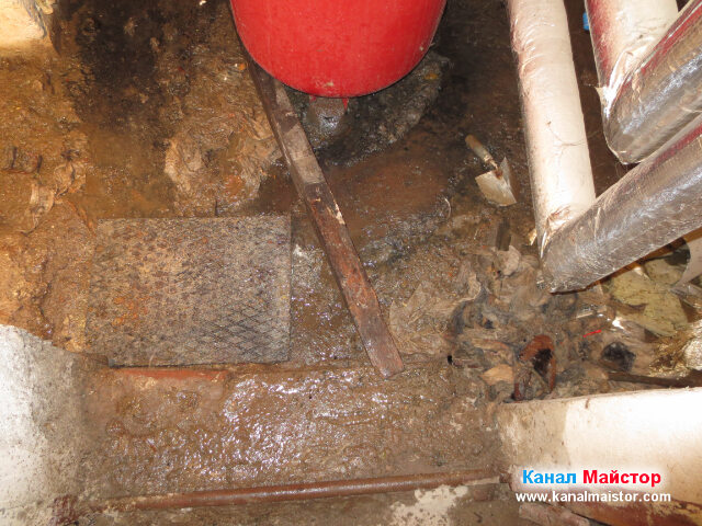 Затворената след отпушването канализационна шахта в мазето на кооперацията