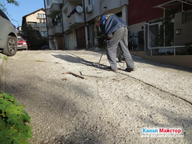 Разкъртване на бетона откъм канализационната шахта