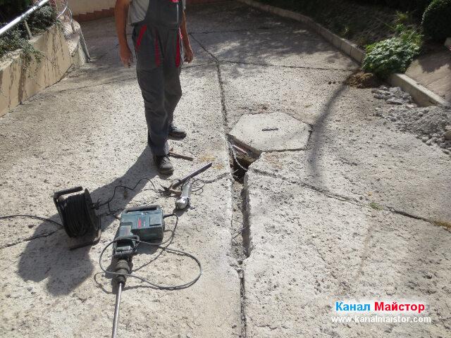 Кратка почивка по време на ремонта на канала, след която на ред е да бъде отрязана арматурата в единия и край така, че да може по-късно в този улей да бъде положена тръбата свързваща решетка за дъждовна вода и канализационната шахта