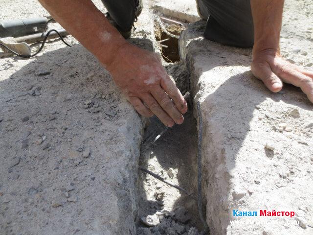 Извиване на арматурата нагоре, така че след полагане на тръбата, да бъде извита надолу към тръбата и да направи добра връзка с бетона, който ще бъде излят отгоре