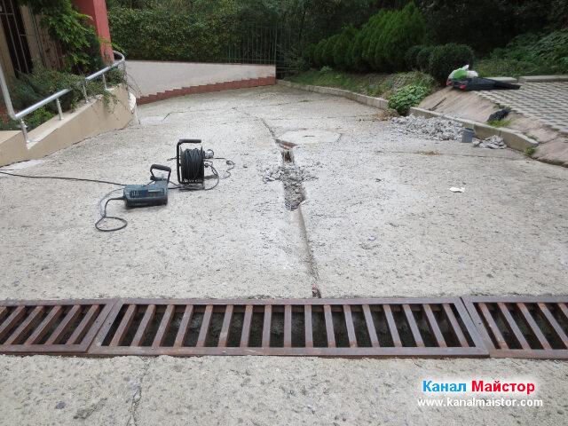 Поглед откъм решетката, от тук надолу се вижда колко сме изкъртили и колко ни остава да изкъртим, за да завършим ремонта на канализацията
