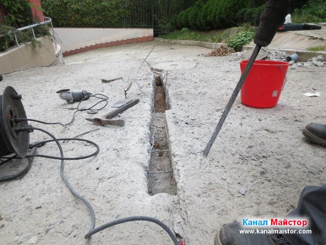 В този момент от ремонта, много добре се вижда как арматурата откъм канализационната шахта е извита нагоре, а тази, която е откъм отводнителната решетка не е отрязана
