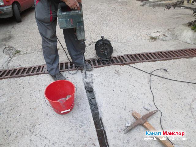 В червената кофа изхвърляме изкъртеният бетон и го изсипваме встрани, като по-нататък след полагане на тръбата ще я засипваме с него