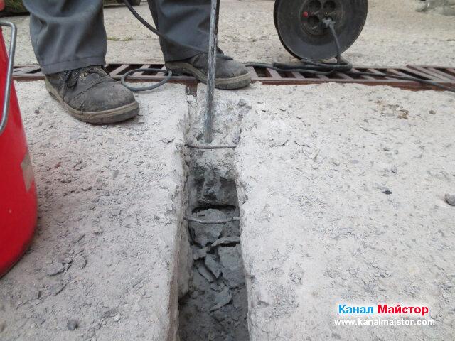 Разчупване на бетона в непосредствена близост до отводнителната решетка
