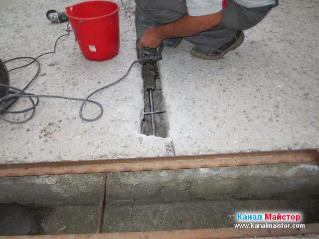 Пробиване на дупката свързваща решетката с тръбата, която ще бъде положена в изкъртения от нас улей