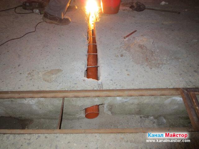 Вижда се как тръбата стърчи в отводнителната решетка за дъждовна вода