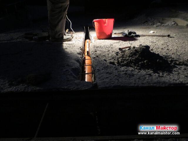 Положена е една тръба, която още не стига до канализационната шахта