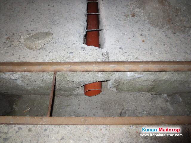 Остава да се нагласи колко навътре в отводнителната решетка, трябва да стърчи тръбата и след, което ще е готова за засипване със слой пръст и слой изкъртеното от бетона, като след това ще остане само да се излее бетон върху нея