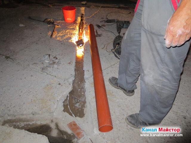 Това е тръбата, която ще стигне до канализационната шахта, след като бъде положена в улея