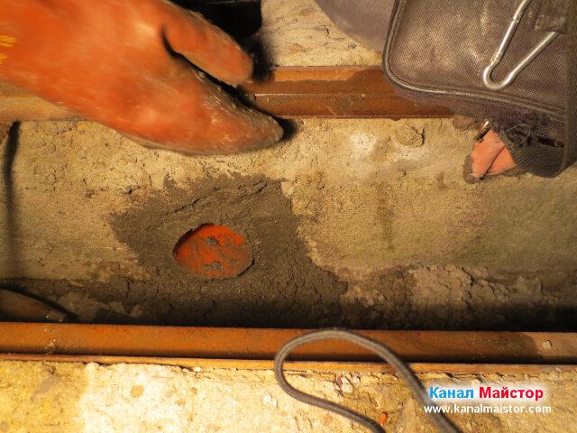 Замазване с бетон около тръбата, която положихме в отводнителната решетка