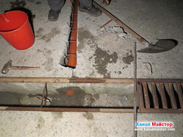 В този си край канализационната тръба е положена и замазана в частта си откъм решетката