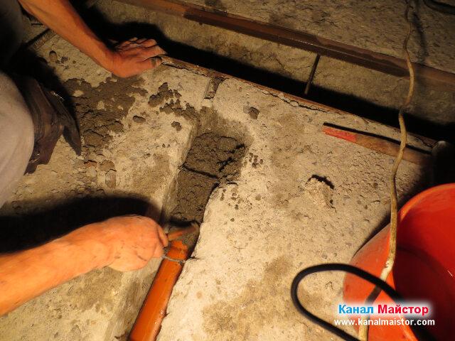 Замазване с бетон около канализационната тръба