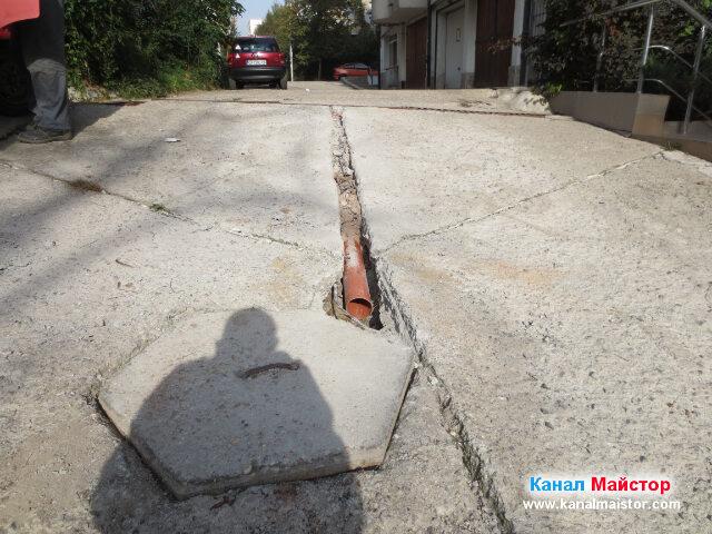 Снимката е от следващия ден, на която се вижда как сме покрили тръбата със слой почва и слой изкъртеното от бетона