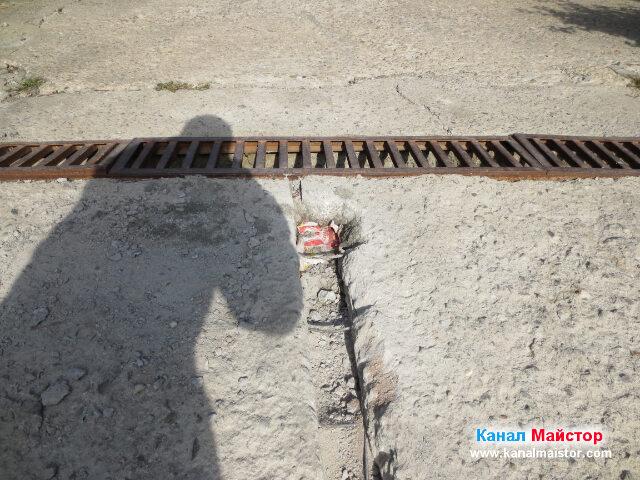 В този участък не се наложи да режем арматурата, като тръбата влезна под нея