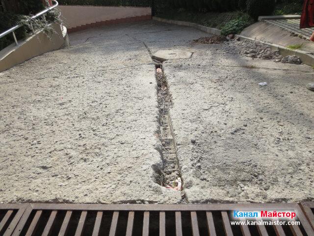 Положената канализационна тръба, покрита с пръст и изкъртен бетон
