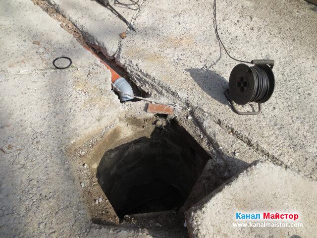 На тръбата сме сложили дъга, която ще свърже канализационната тръба за дъждовна вода с ревизионната шахта