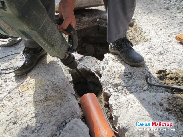 Продължаваме да оформяме с къртача отвора, през който тръбата ще бъде свързана с шахтата