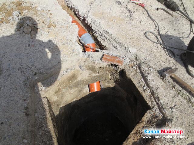 Канализационната тръба отвеждаща дъждовната вода в шахтата. Остава само тръбата да бъде покрита с пръст и бетонирана